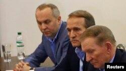Впервые на роль человека в центре событий Виктор Медведчук вышел при президенте Кучме (на переднем плане) и дальше с этих позиций уже не сдвигался.