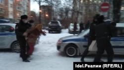 Момент задержания одного из активистов