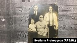 Юрий Дзева с родителями и бабушкой, середина 1930-х гг.