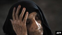دا افغانه کډواله له پېښور سره نېږدې د ملګرو ملتونو کډوالو ادارې لخوا د نوم رجسټر کولو په انتظار ده