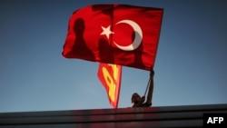 Чоловік з національним прапором Туреччини на площі Таксім, Стамбул, 9 червня 2013 року