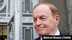 Сенатор Ричард Шелби беседует с журналистами у дверей МИД России