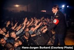 "Фанаты приветствуют двойника Гитлера на концерте ""Коррозии металла"" (1992)"