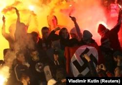 На футбольном матче в Ярославле среди фанатов московского «Спартака» держали в руках флаг со свастикой, 2013 г.