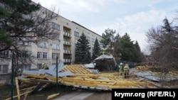 Сорванная крыша в Симферополе, 27 февраля 2020 года