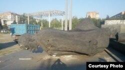 Повалений пам'ятник Леніну, Маріуполь, 15 серпня 2014 року (Фото з сайту «0629»)