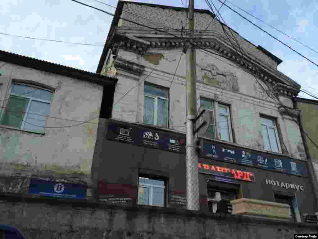 Смешение архитектурных стилей. Надстройка над старинным домом, где в 30-е годы прошлого века располагалось МВД республики (ул. Дахадаева)