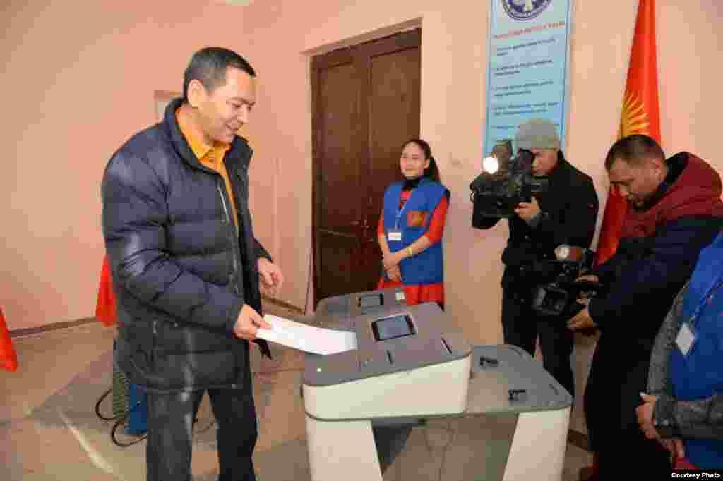 Омурбек Бабанов на избирательном участке