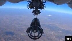 پرتاب بمب توسط هواپیماهای روسیه در آسمان سوریه