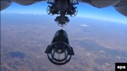 Російський військовий літак скидає бомби на територію біля сирійського Ідліба, 5 жовтня 2015 року