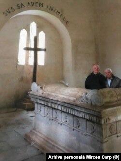 Mihai Petre Carp și Mircea Carp, la mausoleul familiei, în 2018