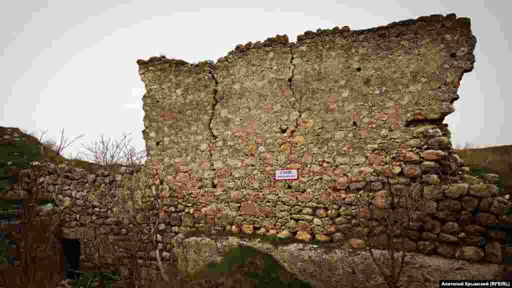 Эта крепостная стена в аварийном состоянии