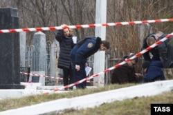Криміналісти на Єврейському кладовищі, де був застрелений Юрій Демент. Харків, 26 лютого 2016 року