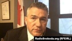 Kanada Cemiyetler palatasınıñ deputatı James Bezan, nümüneviy resim