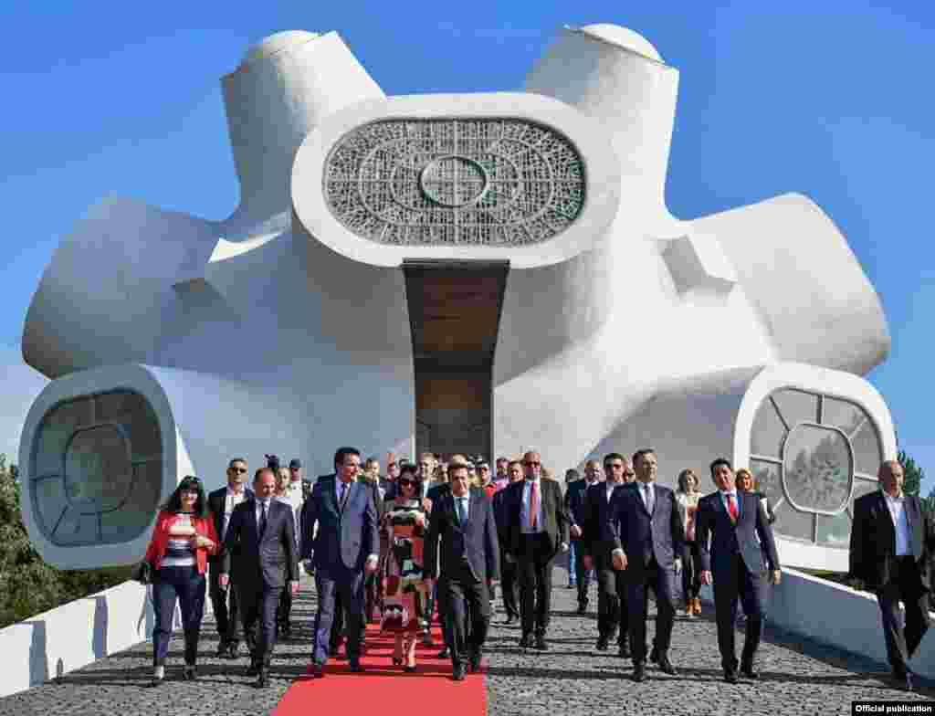 МАКЕДОНИЈА - Продолжуваме да го негуваме наследството за едно општество, продолжуваме со политиките на надминување на поделбите, сите ние Македонци, Албанци, Срби, Роми, Бошнаци, Турци и сите други, сметаме дека е патриотска должност да се помириме и обединиме, а Мечкин камен да биде камен темелник на заедништво и разбирање, не на поделби и каменување, рече премиерот Зоран Заев на централната прослава на Илинден.
