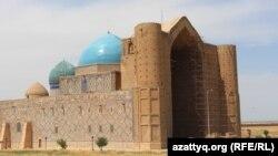 Мавзолей Ходжи Ахмета Яссауи. Туркестан, 3 июня 2017 года.