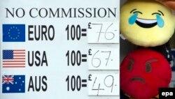 Билборд обменного пункта, показывающий падение фунта. Лондон, 24 июня 2016 года.