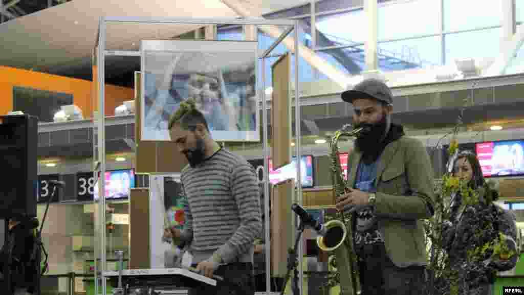 Группа «Сон совы» развлекала гостей выставки инструментальной музыкой.