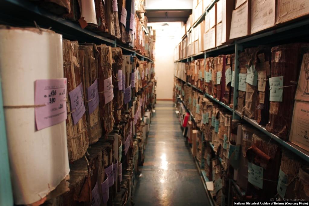 Так выглядаюць стэлажы дакумэнтаў ў архіве. Фота прадастаўлена Нацыянальным гістарычным архівам Беларусі