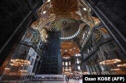 Туристы посещают Святую Софию в Стамбуле. Фото: AFP