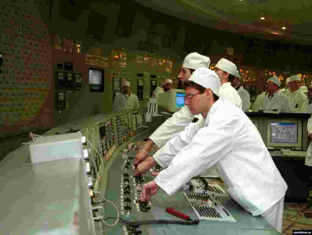 Співробітники ЧАЕС зупиняють роботу 3-го блоку. 15 грудня, 2000 р.
