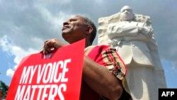 Возле монумента Мартину Лютеру Кингу в Вашингтоне