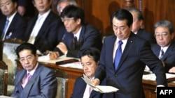 اعضای کابینه ژاپن؛ در ردیف جلو؛ نخست وزیر، وزیر خارجه و سخنگوی کابینه