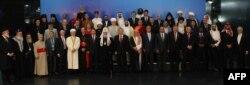 Президент Казахстана Нурсултан Назарбаев (в центре) фотографируется с участниками конгресса религий. Астана, 30 мая 2012 года.