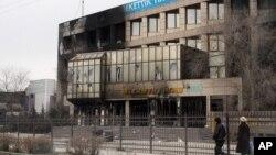 """Сгоревшее здание """"Озенмунайгаз"""" в Жанаозене, 17 декабря 2011 года."""