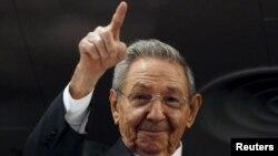 رائول کاسترو در سال ۲۰۰۶ و در پی بیماری فیدل کاسترو، هدایت کشور را در دست گرفت