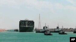 Корабът Ever Given, след като беше освободен с помощта на десетки влекачи
