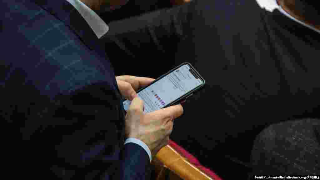 Дехто з народних депутатів паралельно писав пости у фейсбуці з приводу відставки прем'єра.