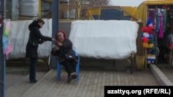 Женщины на рынке в Актау.