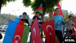 Bursada Azərbaycan və Türkiyə bayraqları yan-yana