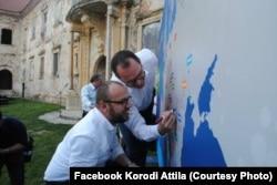 Korodi Attila semnând inițiativa MinoritySafePack