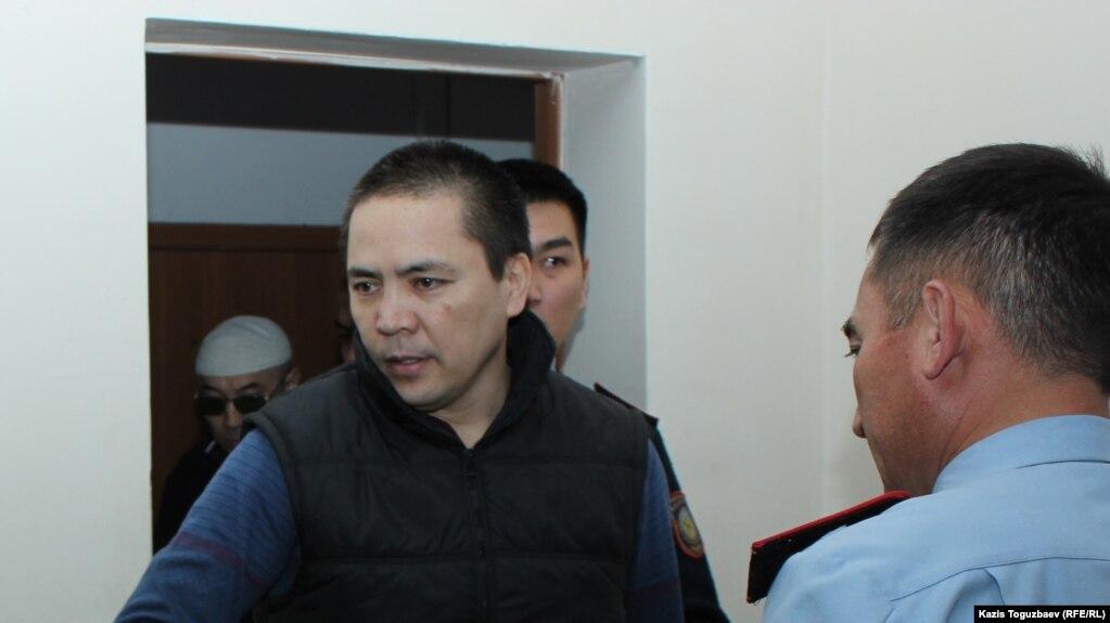 Алмата Жумагулова конвой заводит в зал суда во время рассмотрения дела «джихадистов». Алматы, 26 сентября 2018 года.