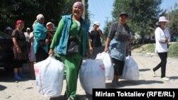Казак-кыргыз чек арасында ары-бери жүк ташып өткөргөн аялдар.