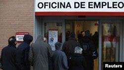 Red ispred zavoda za zapošljavanje u Madridu