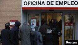 Очередь у биржи труда в Мадриде