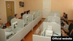 Türkmenistanyň Demokratiýa we Adam hukuklary boýunça milli institutynyň müdiri Gurbannazarowa Türkmenistanda internet saýtlarynyň çäklendirilýändigi baradaky maglumaty ret etdi.