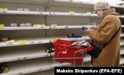 Пустые витрины магазина в подмосковном Подольске. 18 марта 2020 года