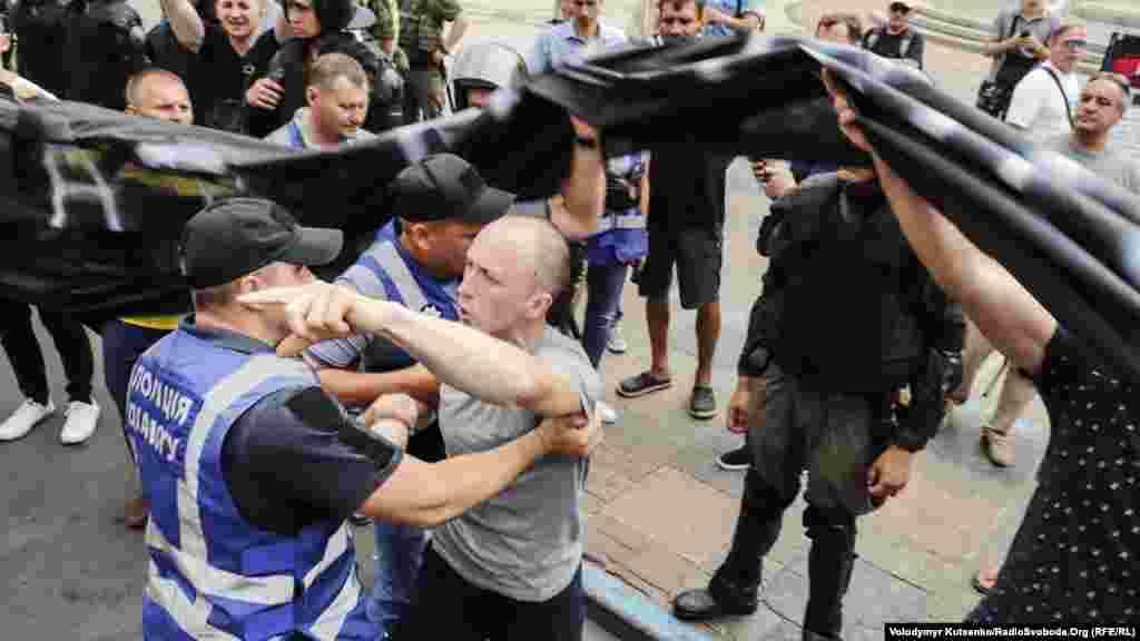 Несколько раз были попытки нападения на первую колонну шествия. Впрочем, полицейские оперативно оттесняли нарушителей. По сообщениям правоохранительных органов, во время шествия ни одного человека не задержали