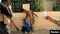 Ирак әскерилері Мосул түбінде ИМ содыры болуы мүмкін деп ер адамды ұстап тұр. Ирак, 7 қараша 2016 жыл.