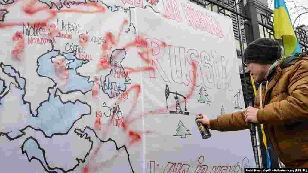 Червоною фарбою організатори показують, які регіони світу та самої Росії потерпають від російського режиму. Серед них були Абхазія, Молдова, окупований Крим, Сирія та інші