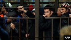 Иллюстративное фото. Трудовые мигранты стоят в очереди, чтобы получить разрешение на работу в Федеральной миграционной службе РФ в Москве.