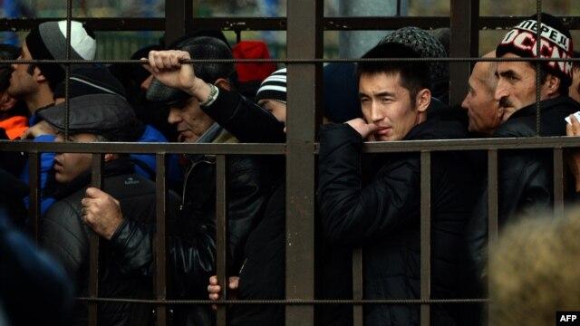 Жұмыс істеуге рұқсат алу үшін Ресей федералдық миграциялық мекемесі алдында кезекте тұрған мигранттар. Мәскеу, 25 қазан 2013 жыл.