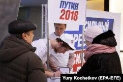 Волонтеры собирают подписи за Путина в Москве