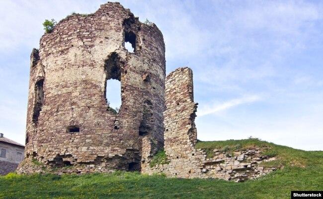 Руїни вежі середньовічного замку в місті Бучачі, що на Тернопільшині. Бучацький замок – пам'ятка архітектури державного значення