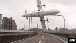 صحنه برخورد بال هواپیما با یک پل