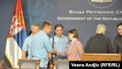 Rukovanje sa premijerkom Brnabić posle potpisanog sporazuma